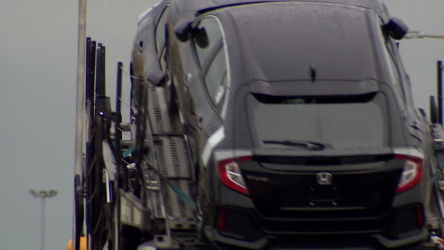 vídeos de stock, filmes e b-roll de car transporter carrying honda cars leaves swindon car plant as it is announced the the factory is going to close - carrying
