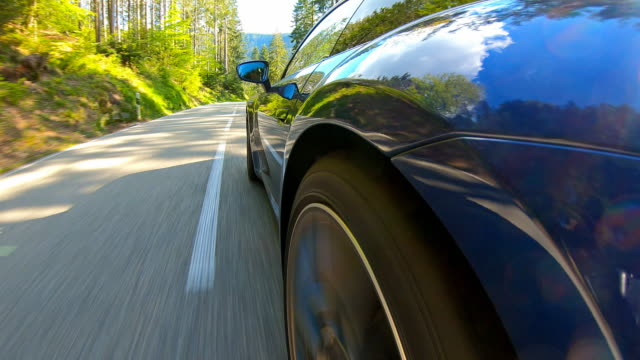 vídeos y material grabado en eventos de stock de viaje en coche en una carretera sinuosa escénica vacía, vista lateral - neumatico