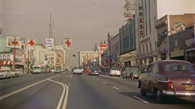 vídeos de stock e filmes b-roll de 1956 pov car travelling east down hollywood avenue / los angeles, united states - 1950