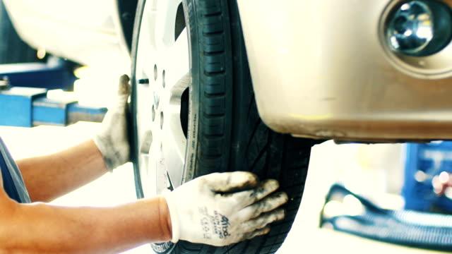 auto reifen erneuerung. - schrägansicht stock-videos und b-roll-filmmaterial