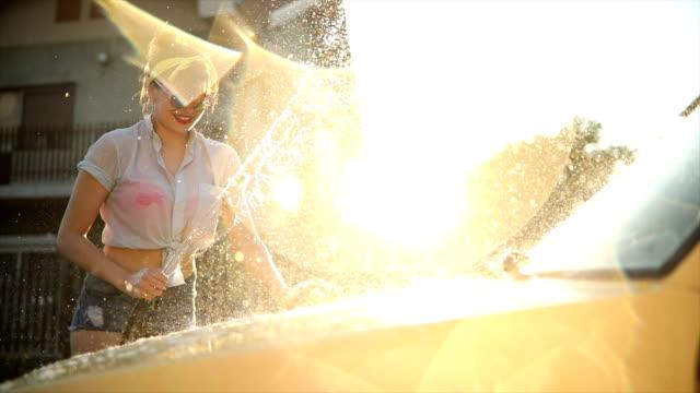 vidéos et rushes de lavage au coucher du soleil de voiture - pin up