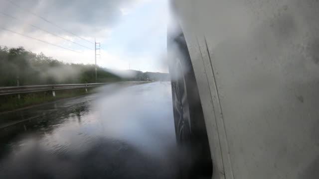 vidéos et rushes de pov de la conduite de roue de voiture sous la pluie - jour