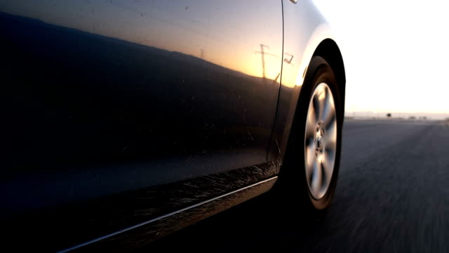 stockvideo's en b-roll-footage met auto wielen spinnen pov - close up. landweg kant - autoband