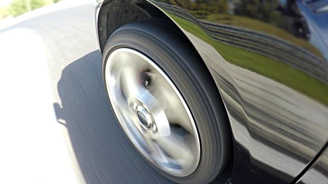 vidéos et rushes de filature pendant la conduite rapide sur une piste de course, terminant à un tour de roue de voiture - macadam