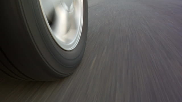 stockvideo's en b-roll-footage met car wheel while driving - autoband