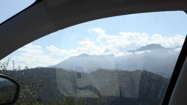 vidéos et rushes de fenêtre de voiture ouvre des montagnes révélatrices - intérieur de véhicule
