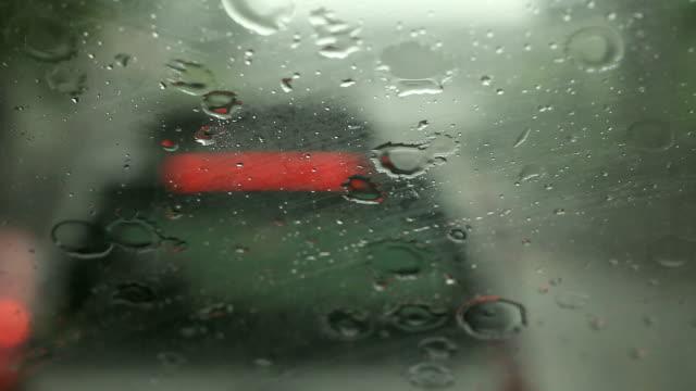 vídeos de stock, filmes e b-roll de limpadores de automóveis estão eliminar chuva em câmera e siga pela estrada - para brisa