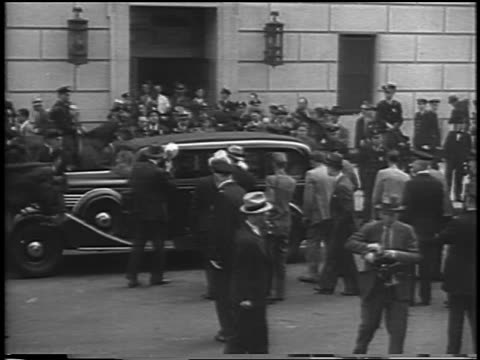 vidéos et rushes de pan car with charles lindbergh driving past crowd at courthouse / kidnapping trial / newsreel - 1935