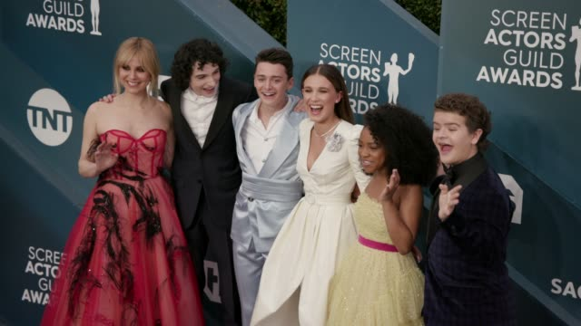 stockvideo's en b-roll-footage met cara buono finn wolfhard noah schnapp millie bobby brown priah ferguson and gaten matarazzo at the 26th annual screen actors guild awards at the... - screen actors guild awards