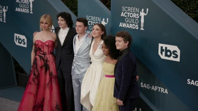 stockvideo's en b-roll-footage met cara buono finn wolfhard noah schnapp millie bobby brown priah ferguson and gaten matarazzo at the 26th annual screen actors guild awards arrivals at... - screen actors guild
