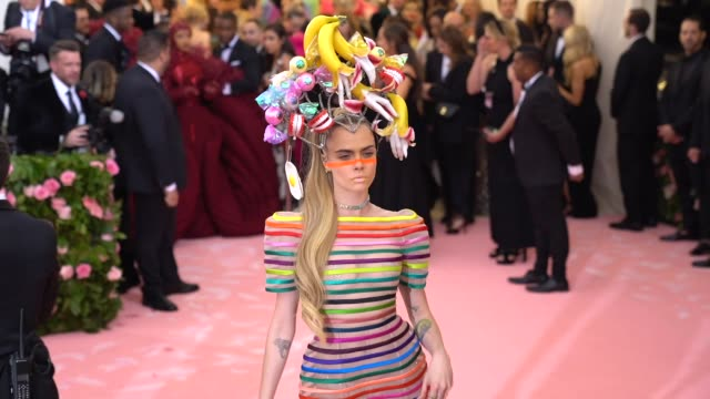 vídeos de stock e filmes b-roll de cara delevingne at the 2019 met gala celebrating camp: notes on fashion - arrivals at metropolitan museum of art on may 06, 2019 in new york city. - gala