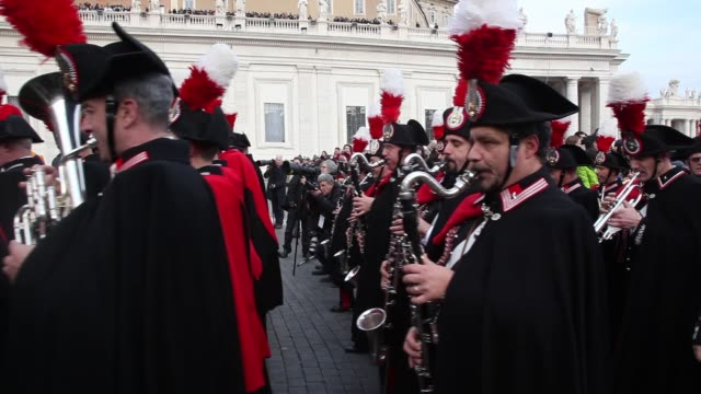 stockvideo's en b-roll-footage met carabinieri at pope francis delivers his urbi et orbi christmas blessing at st peter's square on december 25 2013 in vatican city vatican - sint pietersplein