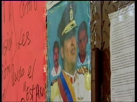 caracas: ext slogans on wall 'chavez presidente' with pictures of hugo chavez men holding placard 'venezuela nesecita a chavez' poster of chavez on... - venezuela stock videos & royalty-free footage