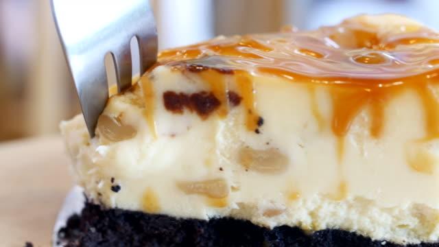 karamell-sahne kuchen servieren und schneiden - karamell stock-videos und b-roll-filmmaterial