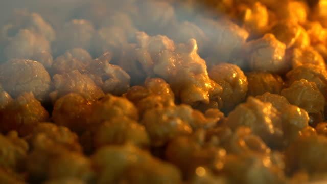 vídeos de stock, filmes e b-roll de pipoca de caramelo cu assado no forno - comida doce