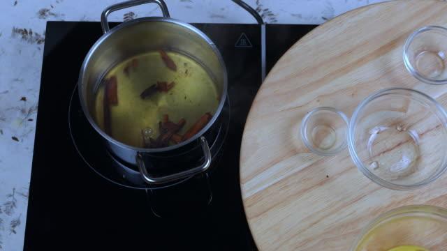vídeos de stock e filmes b-roll de caramelizing sugar - perfumado