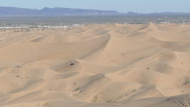 caravan of sand rails driving through the imperial sand dunes, imperial valley, california, north algodones dunes wilderness, dune-buggies, - インペリアルバレー点の映像素材/bロール