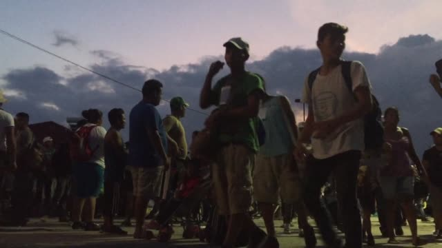 vídeos de stock e filmes b-roll de a caravan of thousands of central american migrants continue their journey hoping to reach the united states after resting for two days in the... - escolta