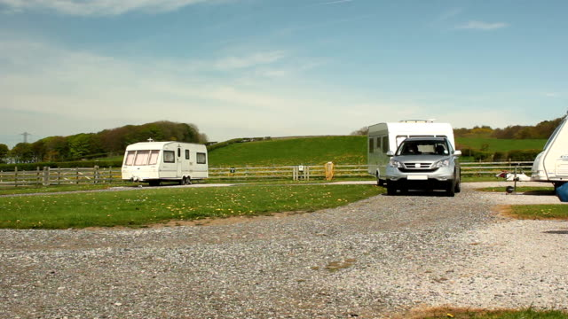 caravan gancio di rimorchio in un campeggio - camper video stock e b–roll