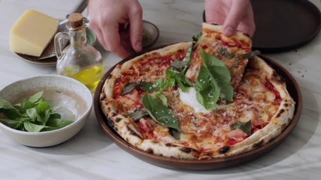 vídeos y material grabado en eventos de stock de pizza - italian food