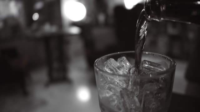 炭酸水 - アルコール飲料点の映像素材/bロール