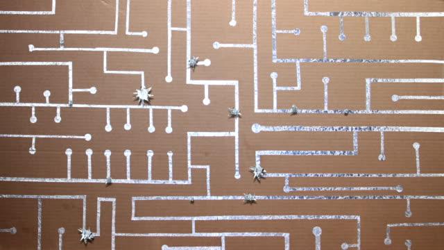 vidéos et rushes de carte brillant et circuit intégré longue - message écrit et lettre de l'alphabet