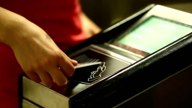 vídeos de stock, filmes e b-roll de leitor de cartão - transporte público