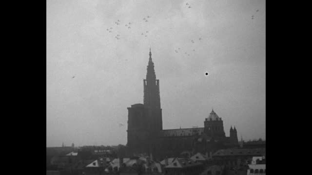 vidéos et rushes de card with intro notes / row of parked planes in field with propellers rotating / pan wing and propeller / regiment in air flies to and over camera /... - strasbourg