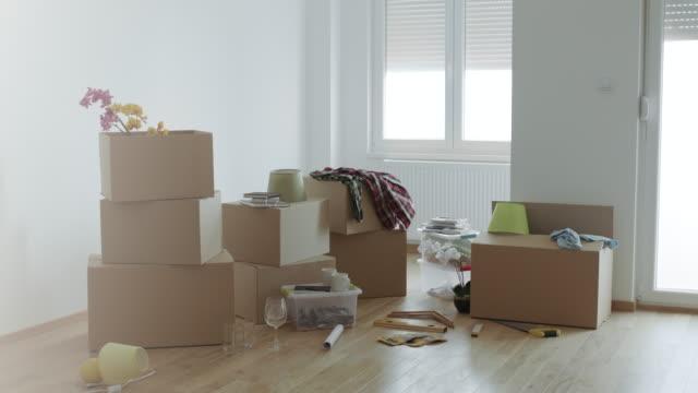 新しい家に移動するダン ボール箱