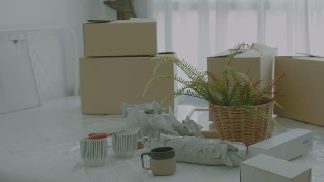 Kartonnen dozen op bed voor het verhuizen naar een nieuw huis