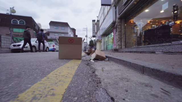 cardboard boxes on street in seoul, low angle - unhygienisch stock-videos und b-roll-filmmaterial