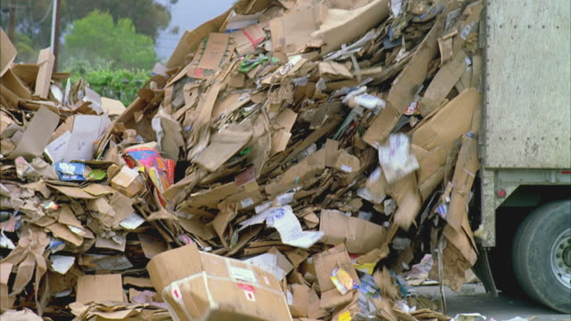 vidéos et rushes de ms pan cardboard refuse being dumped from truck at recycling center / santa barbara, california, usa - camion poubelles