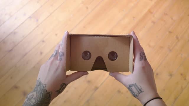 """vídeos de stock, filmes e b-roll de 4 k papelão realidade virtual """"pov - loja de produtos eletrônicos"""