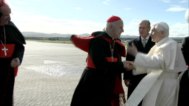 cardinal keith o'brien resigns following 'inappropriate behavior' allegations lib pope benedict xvi greeting cardinal keith o'brien pope shaking... - 法王ベネディクト16世点の映像素材/bロール