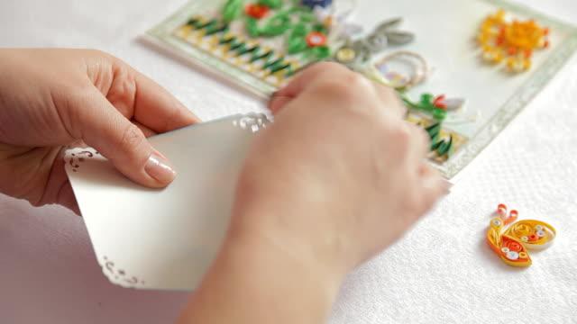 cardmaking: unknown persona che biglietto d'auguri all'interno del processo. - album fotografico video stock e b–roll