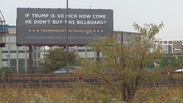 stockvideo's en b-roll-footage met wgn cards against humanity's nuisance committee super pac purchased an antitrump billboard near chicago's o'hare international airport - political action committee