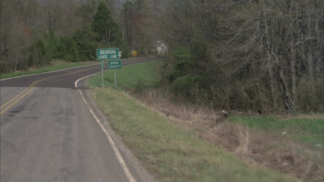 stockvideo's en b-roll-footage met a care drives into the state of georgia. - georgia us state