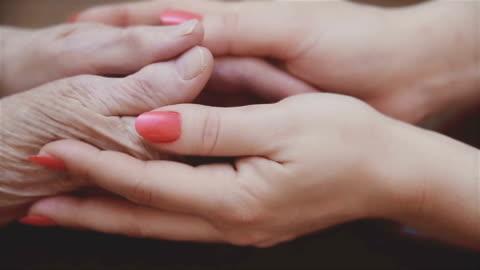 vídeos y material grabado en eventos de stock de cuidado de ancianas, humanas manos cerca para arriba, b rodillo - enfermedad de alzheimer