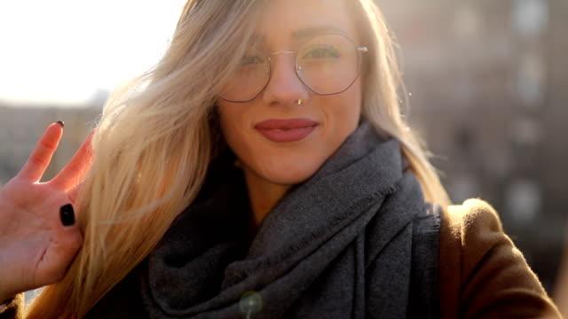 clima spensierato e felice e soleggiato in città - young women video stock e b–roll