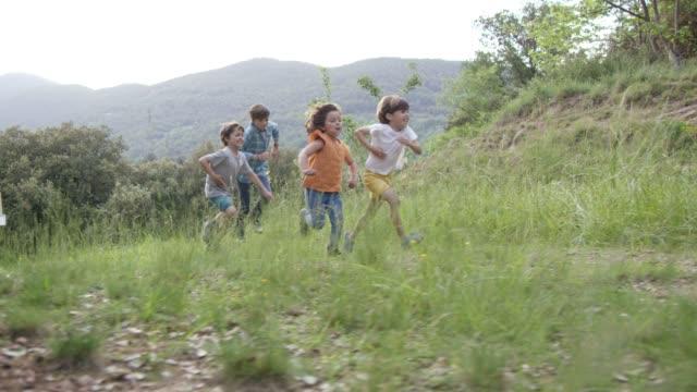 vídeos de stock e filmes b-roll de carefree children running towards log cabin - 6 7 anos