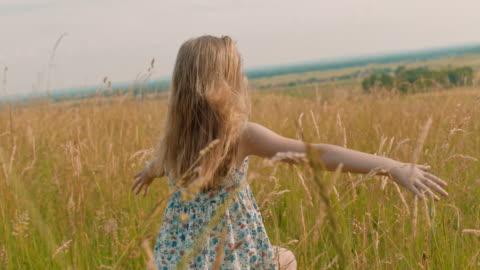 vidéos et rushes de fille de mme carefree s'exécutant dans le domaine rural idyllique ensoleillé - champ