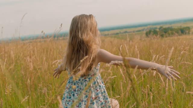 ms carefree mädchen laufen auf sonnigen idyllischen ländlichen gebiet - alles hinter sich lassen stock-videos und b-roll-filmmaterial