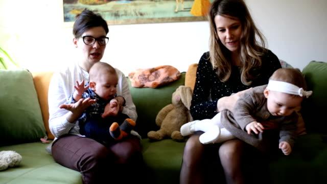 vídeos de stock, filmes e b-roll de maternidade despreocupada e inocente bebê vida - mamilo