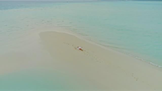 ws-carefree frau verlegung auf idyllischen tropischen strand, umgeben von meer, malediven - heranzoomen stock-videos und b-roll-filmmaterial