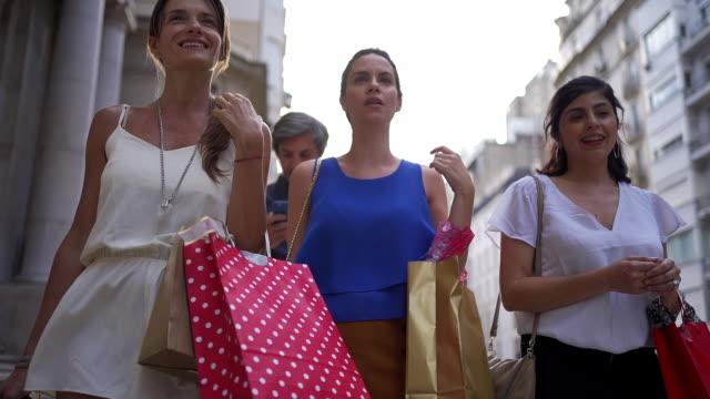都市で一日の買い物を楽しむ気楽な女性 - 買い物袋点の映像素材/bロール