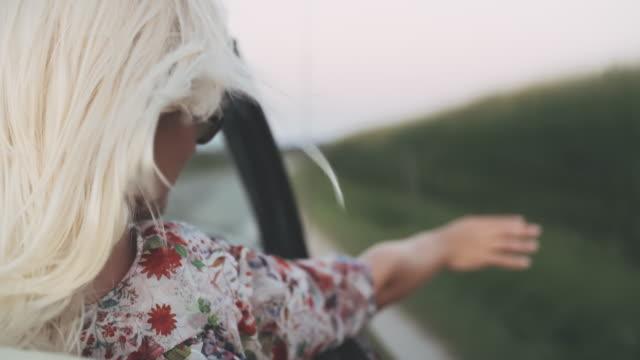 cu unbekümmerte junge frau reitet im cabrio auf dem land - rack focus stock-videos und b-roll-filmmaterial