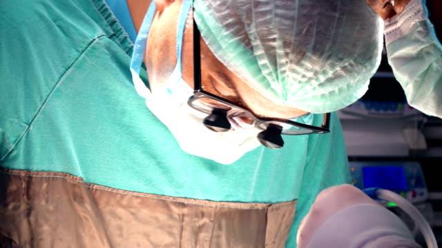 vídeos de stock, filmes e b-roll de cuidado médico trabalhando em uma cirurgia - cirurgião cardiovascular