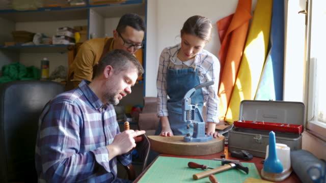vidéos et rushes de suivre attentivement le travail de l'artisan - trois personnes
