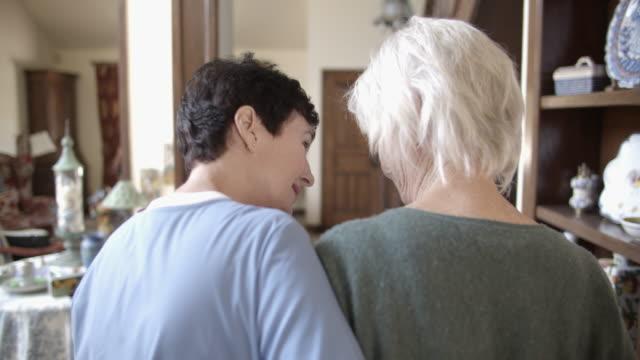 vídeos de stock e filmes b-roll de ms rv caregiver helping an elderly woman at home - cabelo branco
