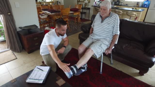 vídeos y material grabado en eventos de stock de cuidadores en el hogar - cuidador en el hogar